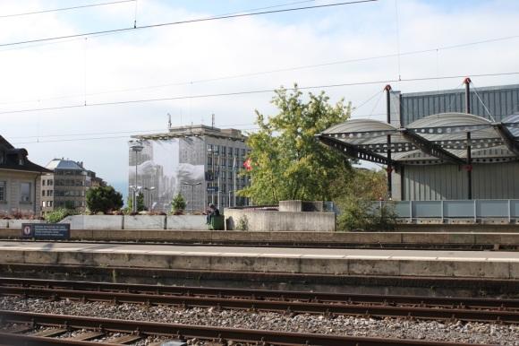 La gare de Vevey, un type sur une poubelle et la photo de Arno Rafael Minkinnen